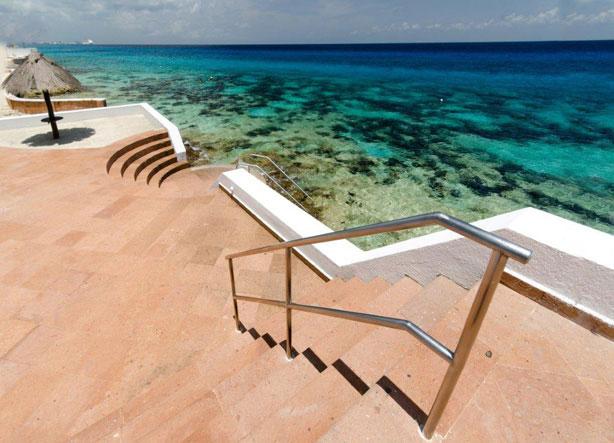 Palmas Reales - steps to ocean