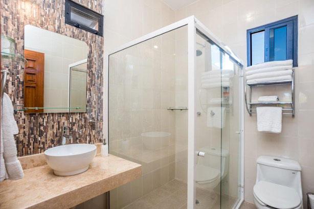 Studio Alegria's bathroom